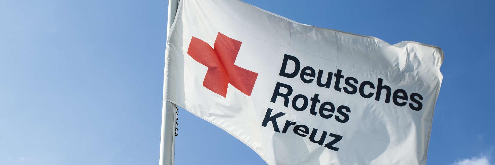 Fahne des DRK weht im Wind - 2013